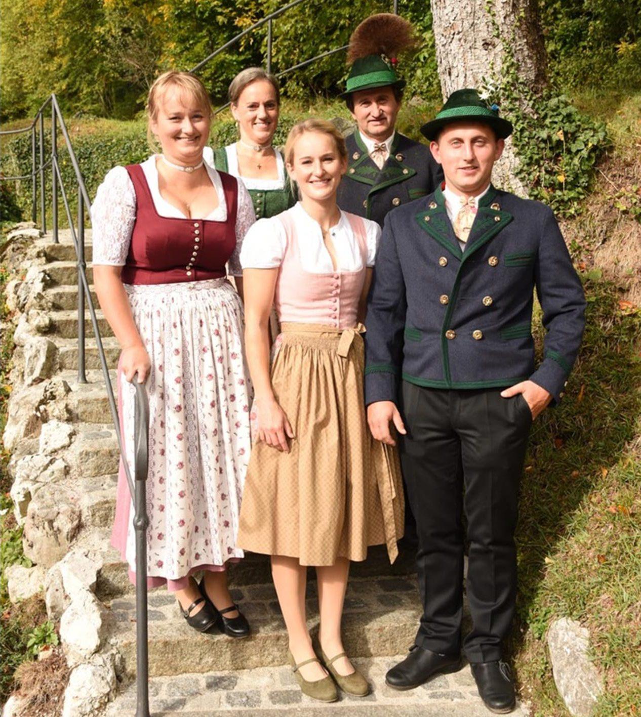 Bildmotiv: Familie Aschauer in Tracht