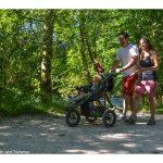 Bildmotiv: Familie auf einem Wanderweg