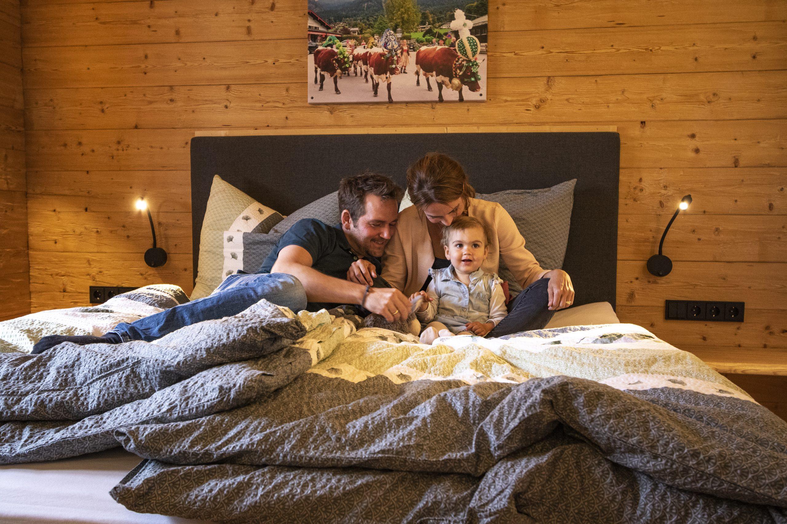 Familienbild im Bett