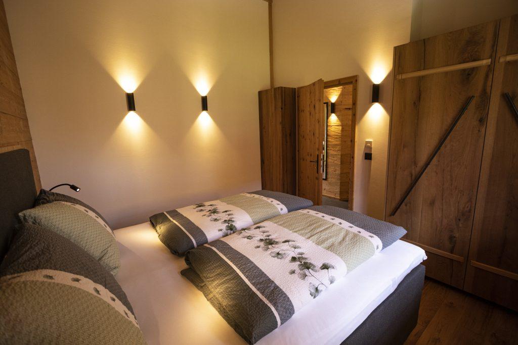 Schlafzimmer mit Beleuchtung und Schrank