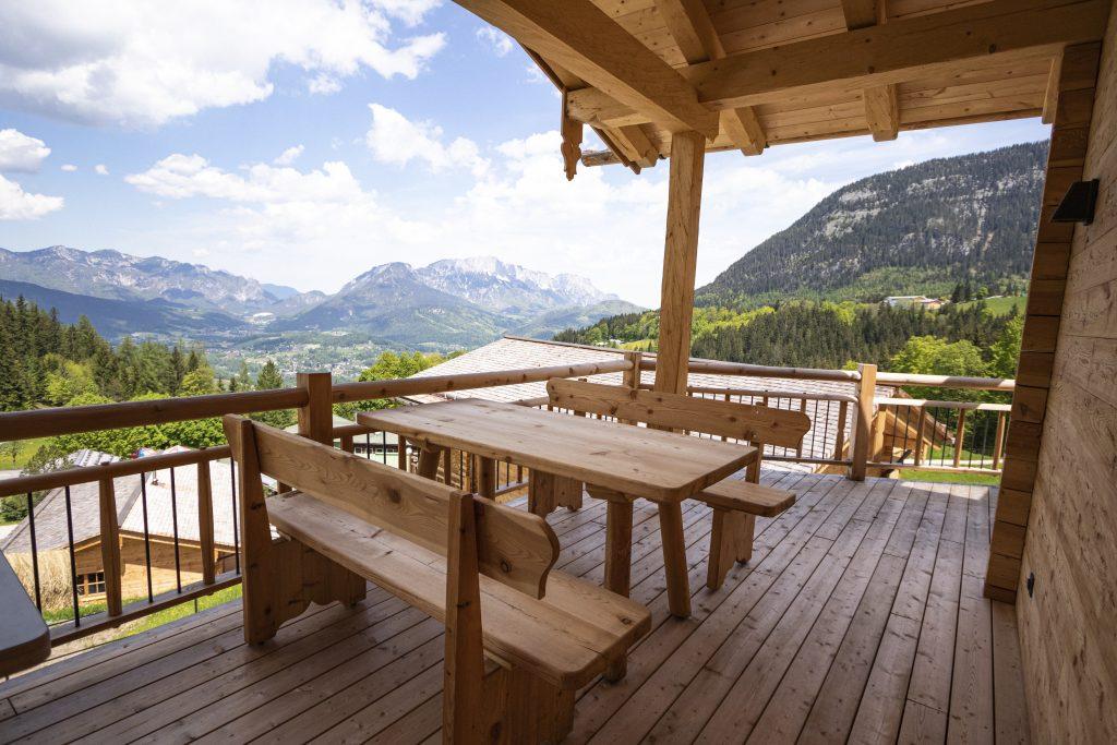 Terrasse mit großen Tisch und Bank