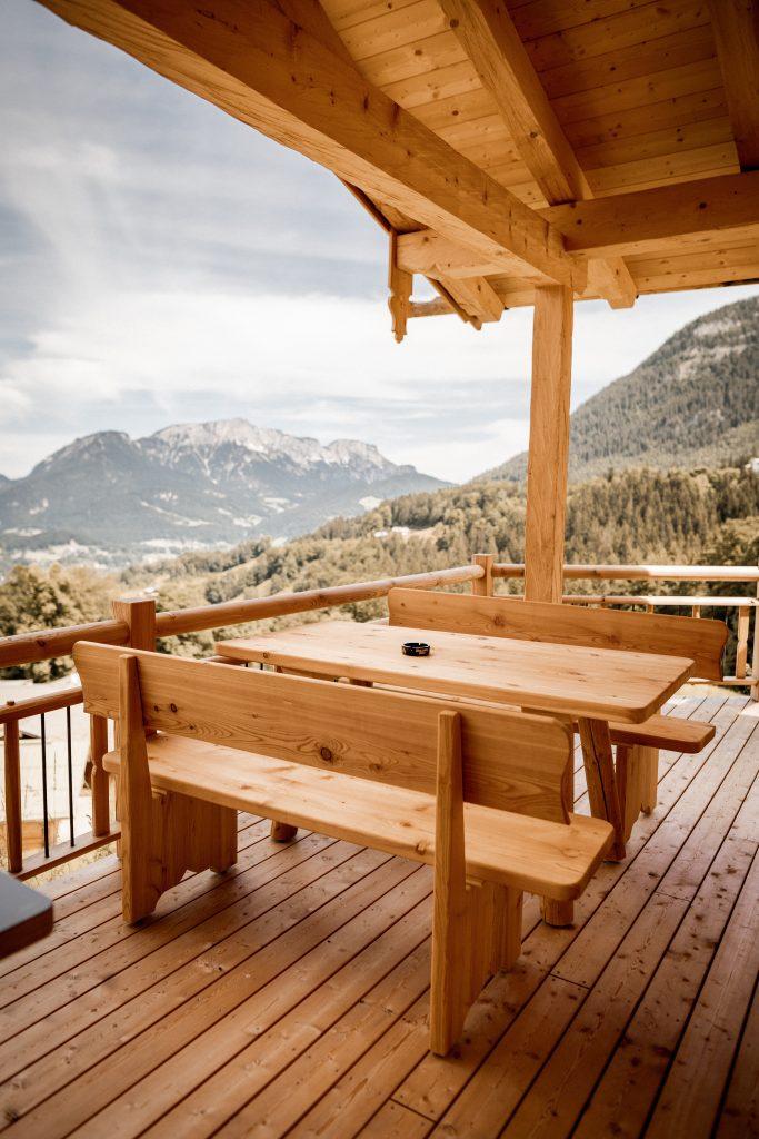 Tisch und Bänke auf dem Balkon