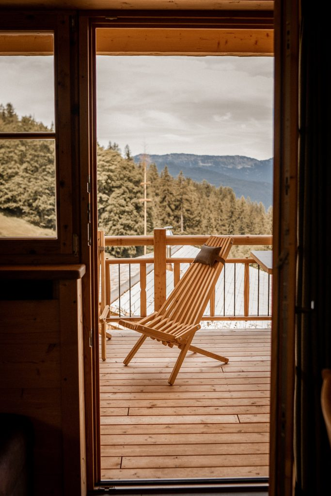 Stühle auf der Panoramaterrasse