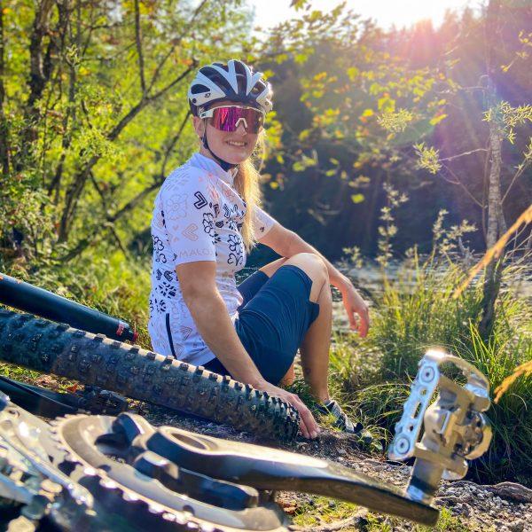 Bildmotiv: Fahrradfahrerin mit Mountainbike